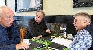 De coördinatoren Fred Cohen (m) en André van Dokkum (r) in gesprek met Erik Boven (l)
